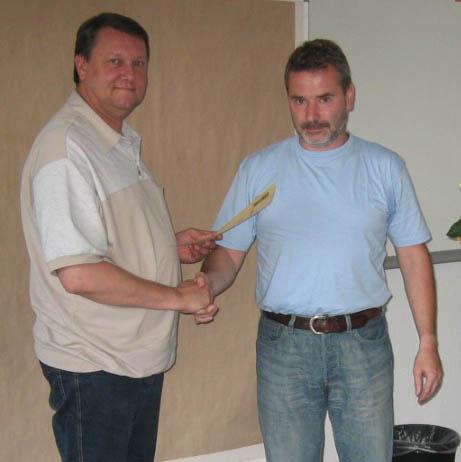 H.G. Zier überreicht HVS SR Lehrwart Michael Kumpf die Ernennungsurkunde